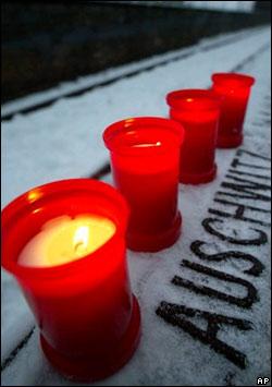 Velas encendidas en Auschwitz
