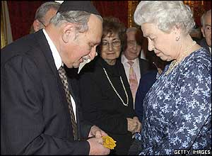 Holocaust survivor Gabriel Ge Klein and Queen Elizabeth II
