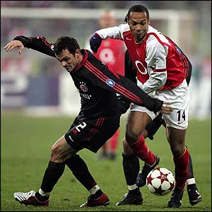 Willy Sagnol of Bayern Munich tackles Thierry Henry