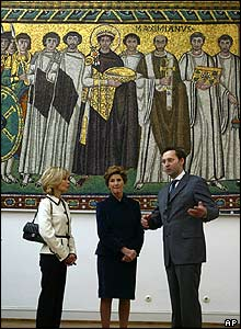 Doris Schroeder-Koepf and Laura Bush in the Roman German Museum in Mainz