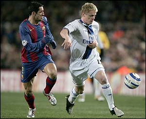 Damien Duff attacks the Barcelona defence