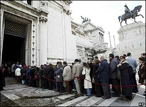 Mourners queuing outside the Vittoriano monument