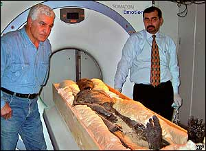 Dr Hawass next to Tutankhamun's body