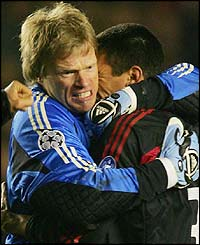Bayern Munich's captain Oliver Kahn celebrates