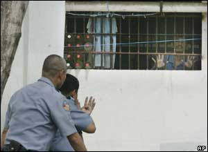 Policemen negotiate with inmates, Manila - 14/3/05
