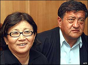 The leaders of Kyrgyz opposition Roza Otunbaeva (R) and Anvar Artykov talk to journalists in Osh, south Kyrgyzstan, 21 March 2005