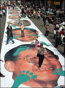 Taiwanese protesters walkover pictures of Chinese leader Wen Jiabao