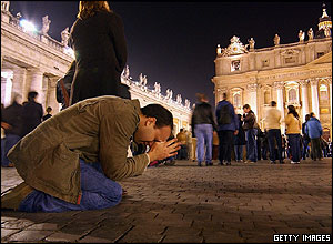 Worshippers in Rome dropped to their knees in prayer as the death of Pope John Paul II was announced.
