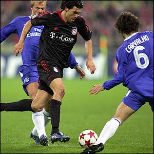 Bayern Munich's Michael Ballack takes on the Chelsea defence