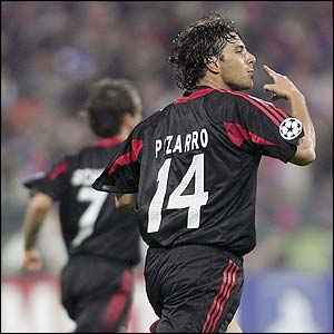 Claudio Pizarro scores for Bayern MUnich