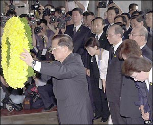 Taiwan opposition leader Lien Chan presents a floral wreath to a statue of Sun Yat-sen, 27 April 2005