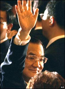 Taiwan's Nationalist Party Chairman Lien Chan waves as he arrives at an auditorium to deliver a speech at Peking University in Beijing Friday, April 29, 2005.