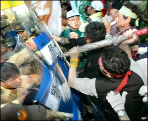 Anti-Lien protesters scuffle with police in the departure lounge at the Chiang Kai-shek Airport, April 26, 2005