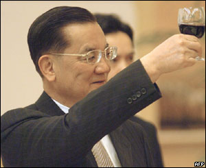 Lien Chan toasts Chinese officials in Beijing, 28 April