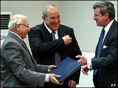 Chief Justice Midhat Al-Mahmodi, Prime Minister Iyad Allawi and Paul Bremer