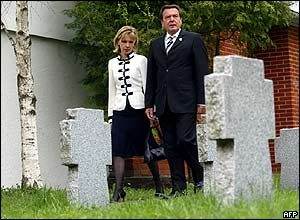 Gerhard Schroeder and his wife, Doris Schroeder-Koepf, at Moscow's Lyublino Cemetery