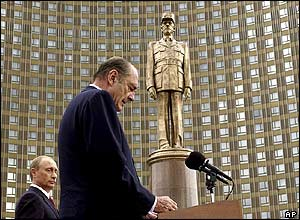 Jacques Chirac speaks in Moscow, flanked by Vladimir Putin