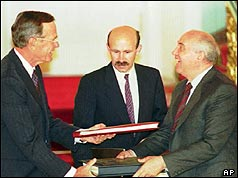 Bush and Gorbachev signing the Start treaty