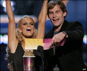 Dukes of Hazzard co-stars Jessica Simpson and Seann William Scott present an award