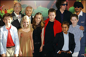 The whole Wonka cast gather for a group photo.