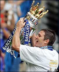Chelsea's Frank Lampard holds the Premier League trophy