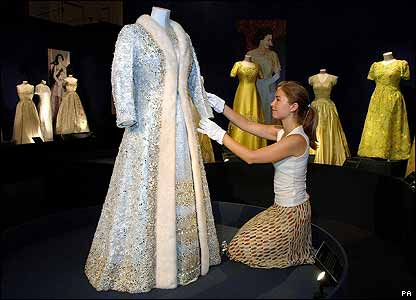 CBBC Newsround | Pictures | In pictures: The Queen's dresses