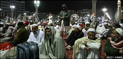 Pilgrims gather in Mecca