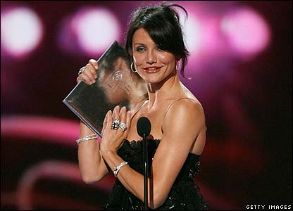 Cameron Diaz picks up her award for favourite leading lady. She looks really pleased with it!