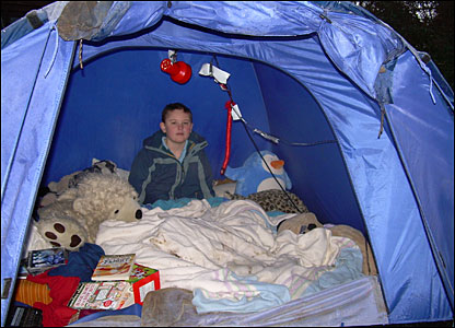 Graham in his tent  sc 1 st  BBC News & CBBC Newsround | Pictures | In pictures: The boy who lives in a tent