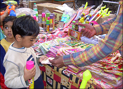 In the days before the festival, everyone heads to the shops to buy water pistols, called pitchkari, and bags of coloured dyes, called gulal.