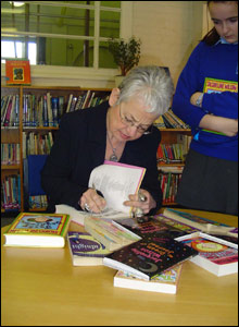 Jacqueline Wilson signs books