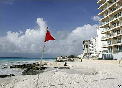 Cancun, Mexico gets ready for Hurricane Dean