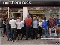 大批客戶擠在Northern Rock分行外