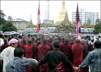 曾有大批支持者拉起人牆保護僧人。平民的介入和示威規模的擴大可能是軍政府決定鎮壓的主要原因。