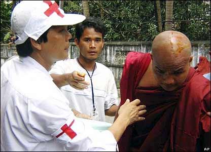 紅十字會工作人員救治受傷僧人。