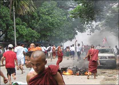 安全部隊的鎮壓開始後,仰光街頭一片混亂。