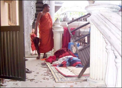 一些僧人逃離,但數百名僧人被拉上軍用卡車帶走。