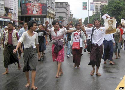 抗議人群聚集在仰光市中心(picture supplied by MoeMaka Media internet blog)