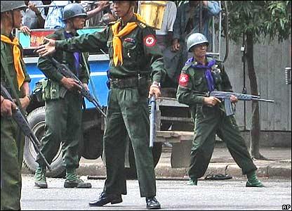 27日仰光街頭的緬甸部隊。