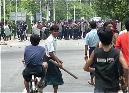 仰光抗議者准備木棒、磚塊對付防暴警察。
