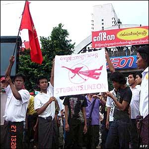 但鎮壓沒有阻止成千上萬的示威者,包括學生走上街頭。