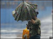 暴雨中的台北路人