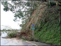 在台灣北部,暴雨引發洪水和山體滑坡
