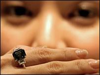 拍賣價798美元的藍鑽石戒指