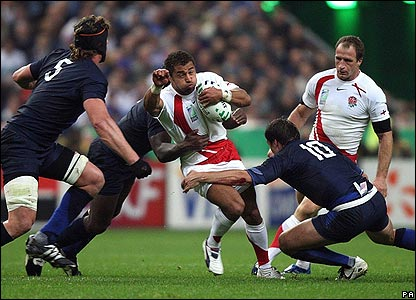 With the seconds ticking away, England cling on to their narrow lead. Here's Jason Robinson powering though the French defence.