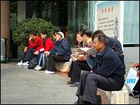 武漢同濟醫院外等候的人們