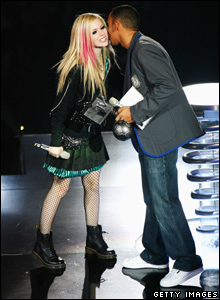 Lewis Hamilton presents Avril Lavigne with an award