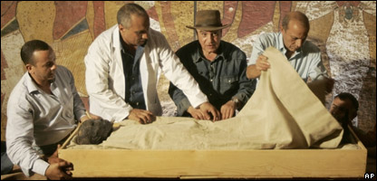 Experts with the mummified remains of King Tutankhamun