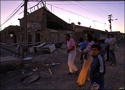 Residents walk in the earthquake-hit town of Maria Elena, Chile, 14 November, 2007