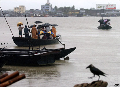 Officials in Bangladesh helped move hundreds of thousands of people as Cyclone Sidr closed in.